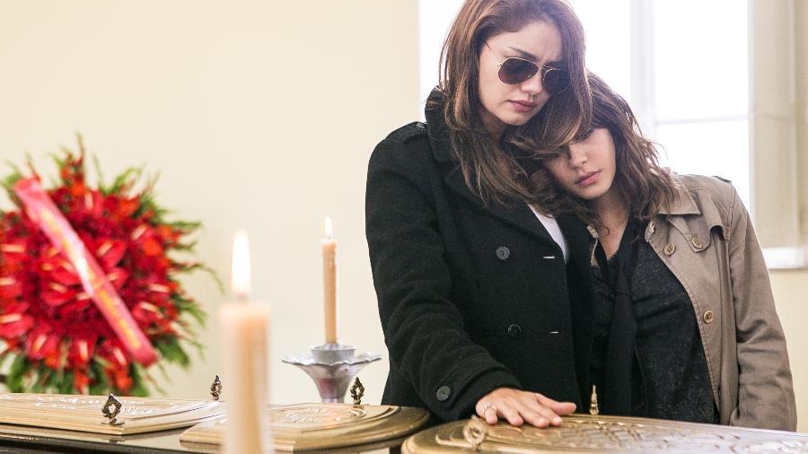 """Alice (Sophie Charlotte) e Nanda (Julia Dalavia) no velório do pai em """"Os Dias Eram Assim"""" - Raquel Cunha/TV Globo"""