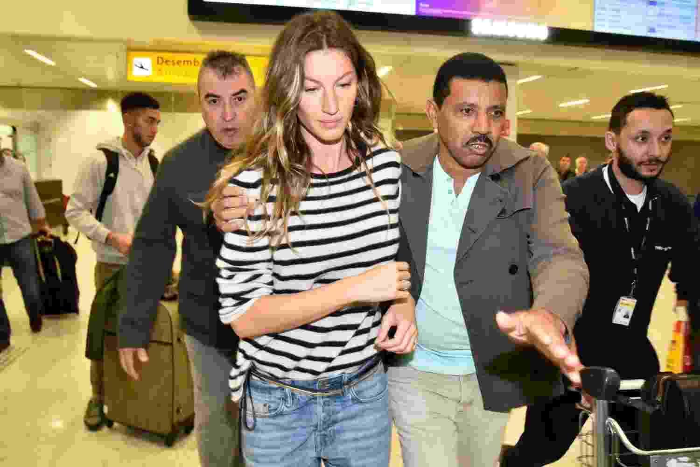 A top Gisele Bündchen chegou ao Brasil na manhã desta terça-feira (13). Ela foi fotografada no saguão do aeroporto de Guarulhos, em São Paulo, e sendo levada até o carro - Caio Duran/agnews