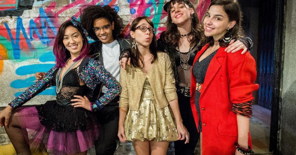 """Protagonistas de """"Malhação: Viva a Diferença"""" se vestem com figurino vintage para festa temática dos anos 80"""