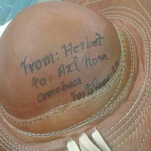 """c32bb874abaa6 O chapéu que Herbet lançou para Axl Rose durante o show do Guns N  Roses em  Fortaleza Imagem  Arquivo Pessoal. """""""