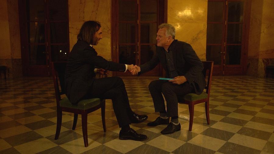 Pedro Bial entrevista o matemático e político francês Cédric Villani, na Assembleia Legislativa de Paris - Divulgação / TV Globo