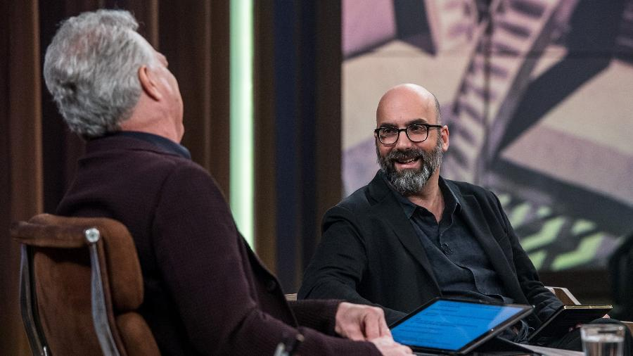 """O apresentador Pedro Bial e o escritor Valter Hugo Mãe no programa """"Conversa com Bial"""" - Globo/Fábio Rocha"""