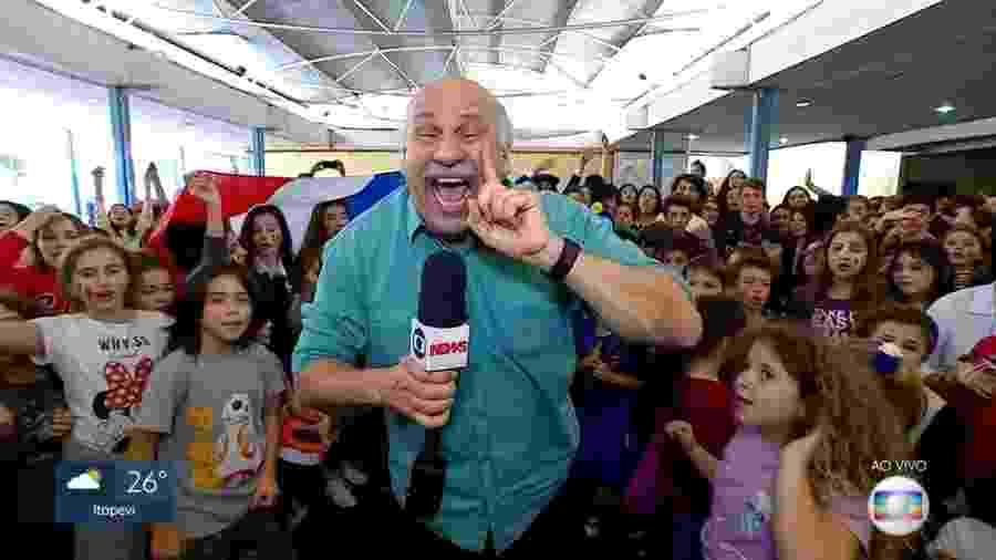 """Márcio Canuto interage com crianças durante a Copa do Mundo para o """"SPTV 1ª Edição"""", telejornal local da Globo - Reprodução/TV Globo"""
