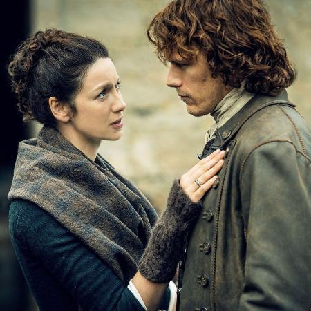 """Claire (Caitriona Balfe) e Jamie Fraser (Sam Heughan) em cena de """"Outlander"""" - Divulgação"""