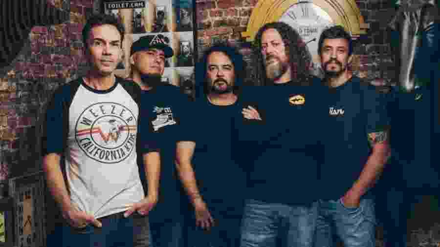 Canisso (o segundo da direita para a esquerda) com os integrantes da turnê do Raimundos que relembrou álbum de estreia - Denis Ono/Divulgação