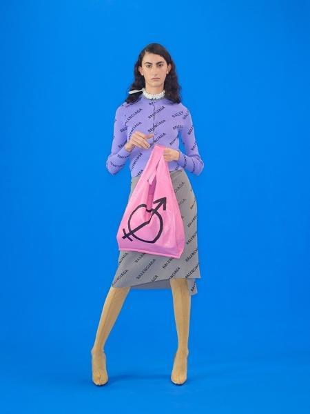 ea6bdc70a959 Balenciaga lança bolsa-sacola com símbolo em apoio a transgêneros ...