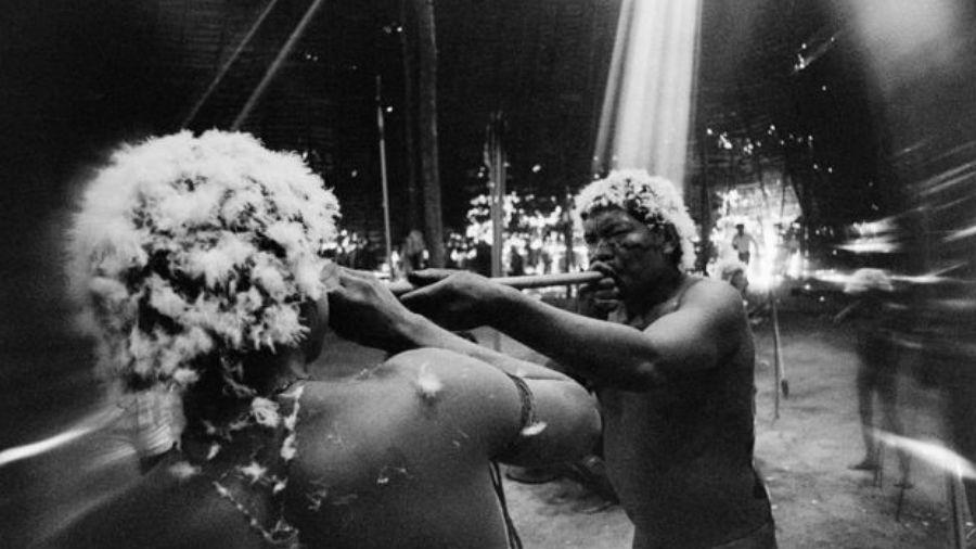 O xamã João assopra o alucinógeno yãkoana em fotografia feita em 1974 em Catrimani - CLAUDIA ANDUJAR/DIVULGAÇÃO