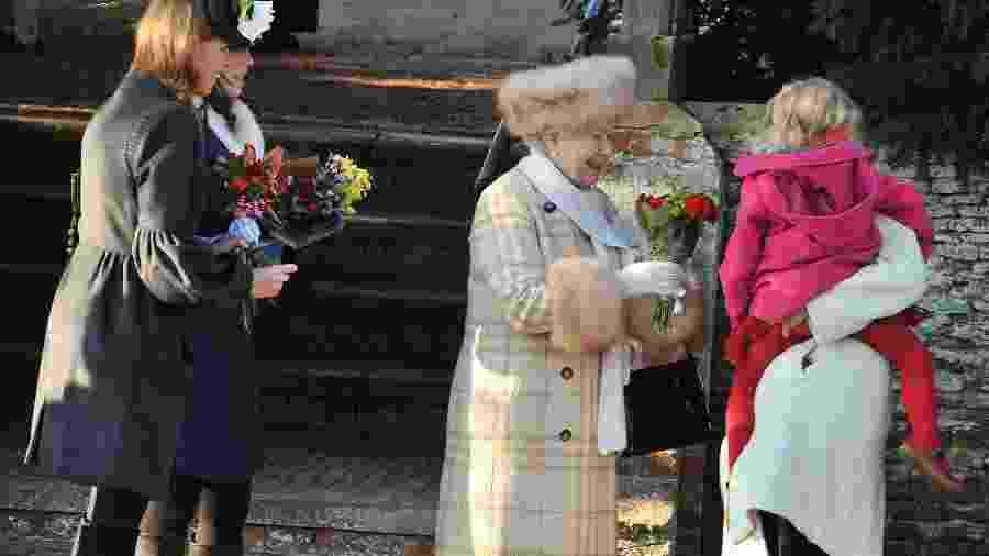 A rainha Elizabeth 2ª, acompanhadas das princesas Eugenie e Beatrice de York, na chegada para a tradicional missa em Sandringham em 2010 - Getty Images