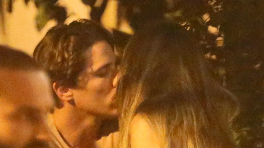 Rômulo Neto beija morena em bar - AgNews
