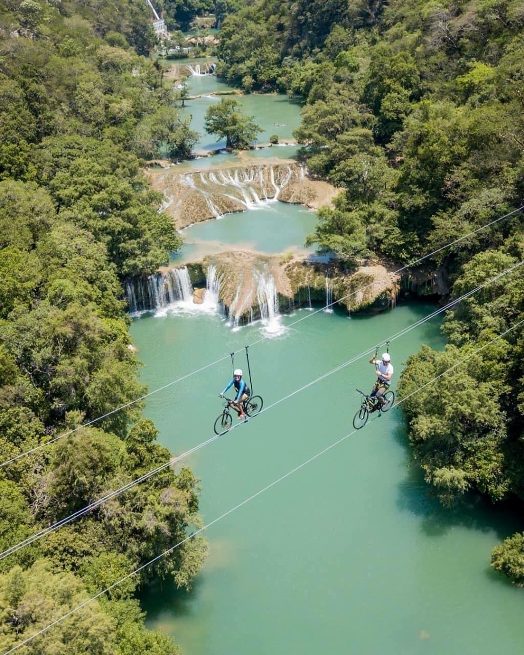 No México, turistas passeiam de bike por cima das cachoeiras