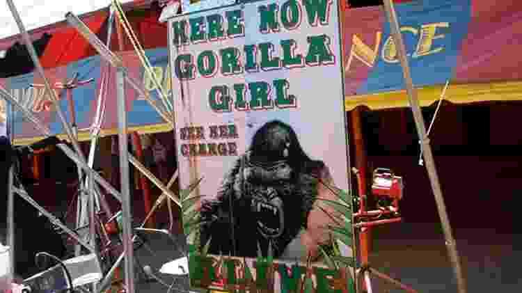 """""""Aqui e agora, a garota-gorila. Veja sua transformação, ao vivo"""", anuncia o letreiro de um sideshow americano - Cris Siqueira - Cris Siqueira"""