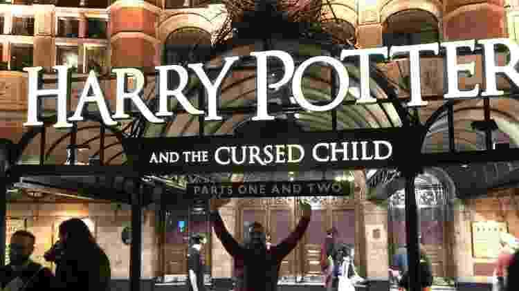 Harry Potter em frente ao teatro onde estava em cartaz a peça Harry Potter a Criança Amaldiçoada, em Julho - Arquivo Pessoal