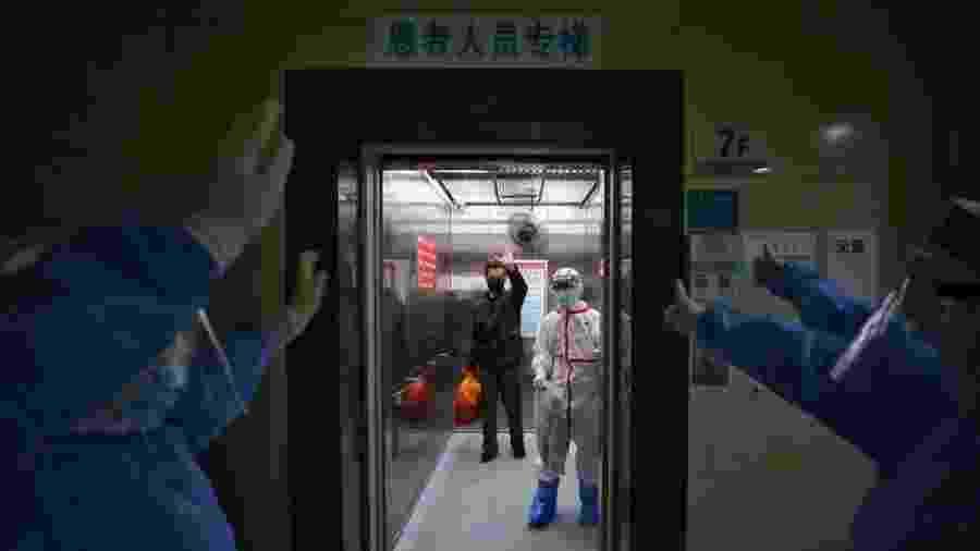 Equipe de hospital em Wuhan, na China, se despede de paciente curado da covid-19 - STR/AFP VIA GETTY IMAGES via BBC