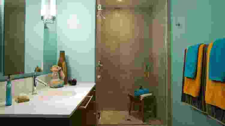 O ideal para o banheiro são as luminárias centralizadas com luz difusa - iStockphotos