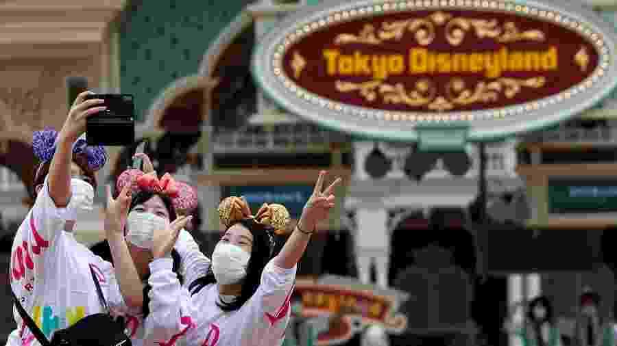 Visitantes marcaram presença na reabertura dos parques temáticos Disneylândia e DisneySea em Tóquio - REUTERS/Issei Kato