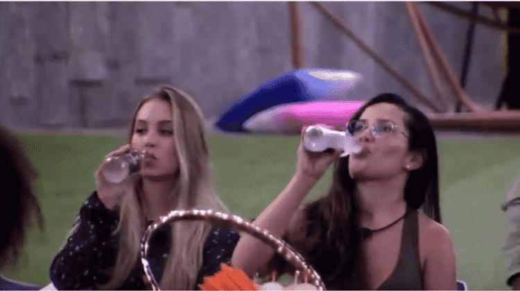 """BBB 21: Juliette e Carla bebendo durante o jogo """"eu nunca"""" - Reprodução/Globoplay - Reprodução/Globoplay"""