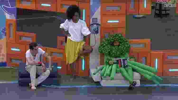 BBB 21: Projota e Lumena conversam ao lado do big fone - Reprodução/ Globoplay - Reprodução/ Globoplay