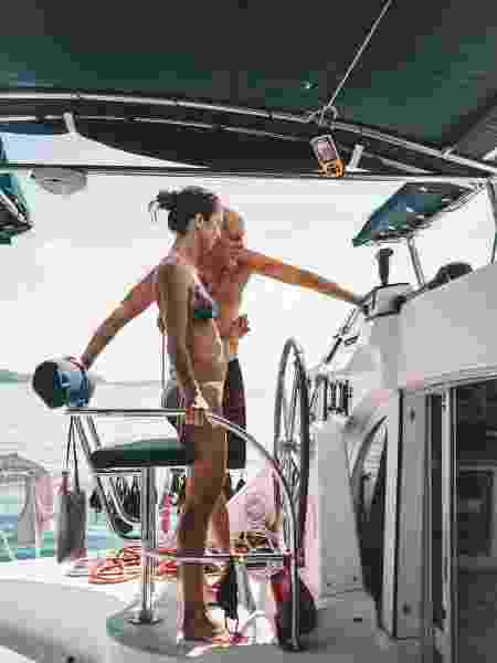 Bárbara aprendendo sobre o funcionamento do veleiro - Patricia Schussel Gomes - Patricia Schussel Gomes