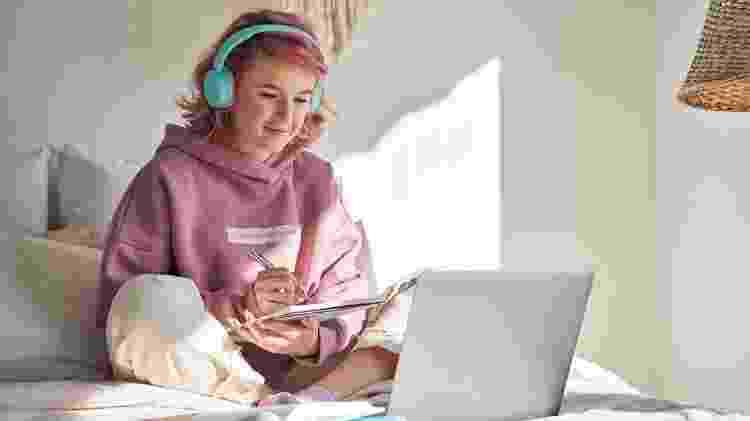 adolescente, menina de cabelo rosa - iStock - iStock