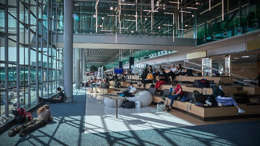 Viajantes aguardam seus voos no aeroporto Charles De Gaulle - Kiran Ridley/Getty Images