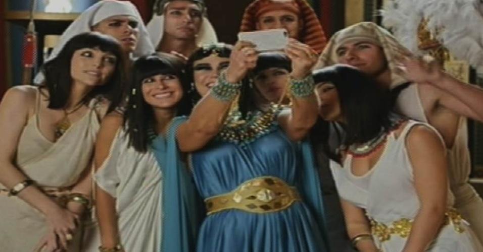 """17.ago.2015 - Xuxa faz selfie com o elenco de """"Dez Mandamentos"""" ao gravar participação na novela para sua estreia na Record"""