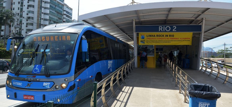Último carro dos ônibus do BRT será destinado a mulheres e crianças em dois períodos - André Durão/UOL