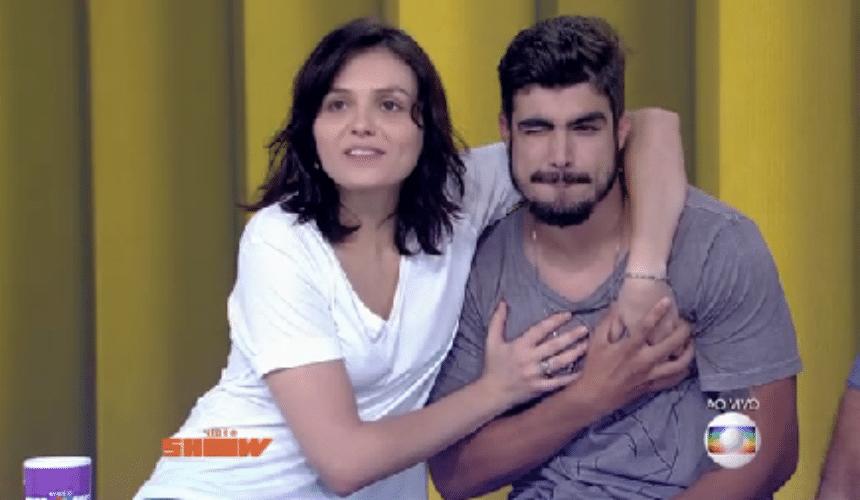 24.set.2015 - Sem cerimônia, Monica Iozzi apalpou o peitoral de Caio Castro durante a edição ao vivo do