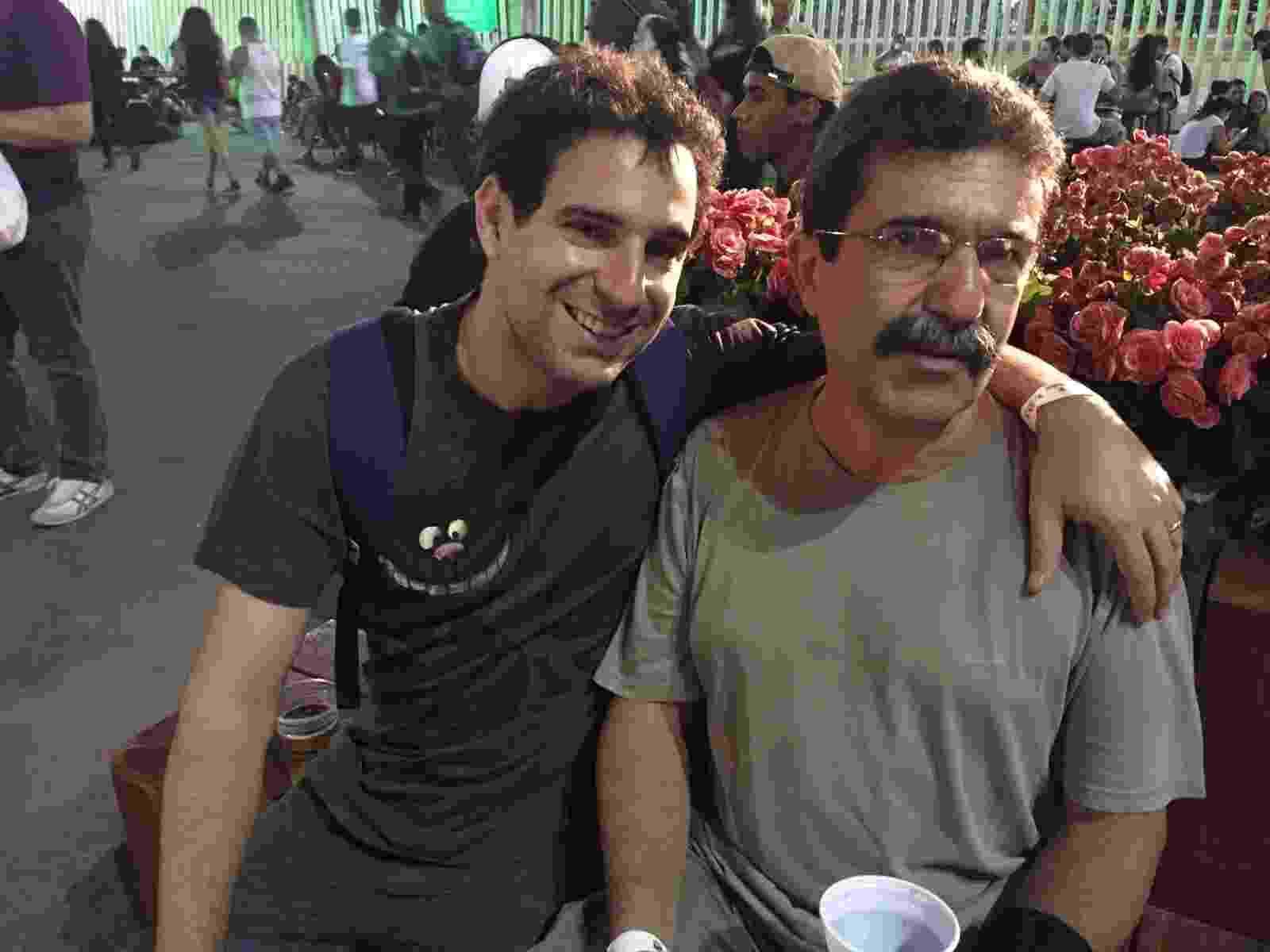 25.set.2015 - Eduardo Ferreira Gomes com o filho Rafael no Rock in Rio - Felipe Cruz/UOL