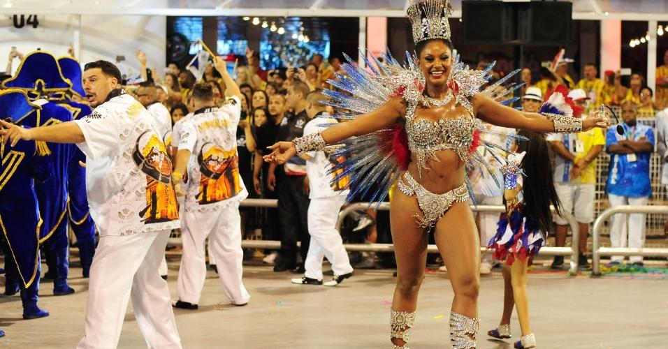 7.fev.2016 - Camila Silva, a rainha de bateria da Vai-Vai. A atual campeã do Carnaval paulista homenageou a França em seu enredo.