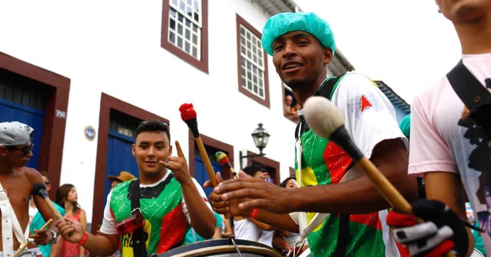 7.fev.2016 - Ritmista da bateria agita o Bloco Santa Casa, que percorreu o centro histórico de São João Del Rei (MG)