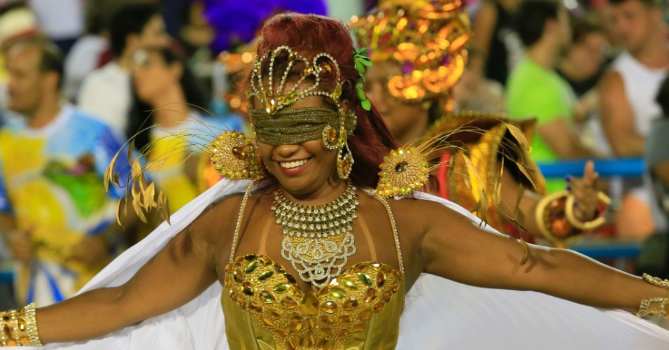 8.fev.2016 - Passista vendada da Beija-Flor samba durante desfile que homenageia o Marquês de Sapucaí