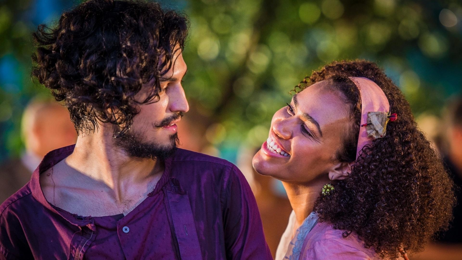 29.abr.2016 - Miguel (Gabriel Leone) conhece a empregada Dalva (Mariene de Castro) durante a festa de boas-vindas oferecida pelo avô, Afrânio (Antonio Fagundes)