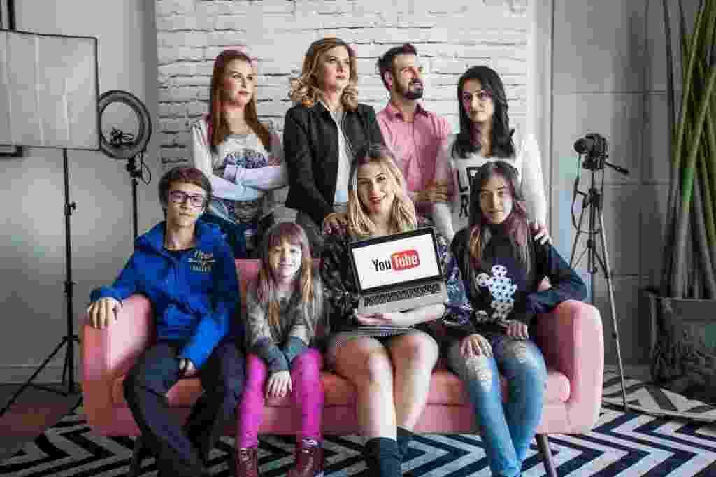 Família Santina reunida no QG Secrets, da pioneira Niina Secrets. A jovem de 22 anos foi a primeira a criar um canal no YouTube, em 2010. - Simon Plestenjak/UOL