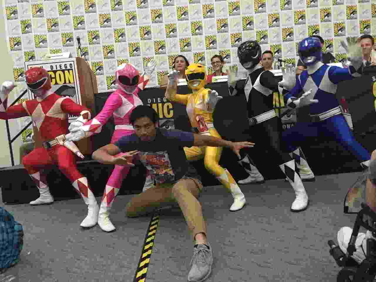 """22.jul.2016 - Um painel sobre as novas HQs dos Power Rangers contou com a presença de cosplayers e do ator Yoshi Sudarse (à frente, sem fantasia), que interpretou o ranger azul na série """"Power Rangers Dino Super Charger"""" - Felipe Branco Cruz/UOL"""