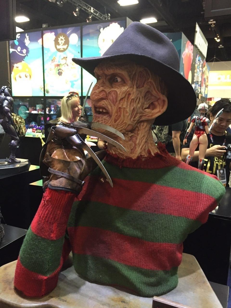 Boneco de Freddy Krueger é exibido na San Diego Comic-Con 2016