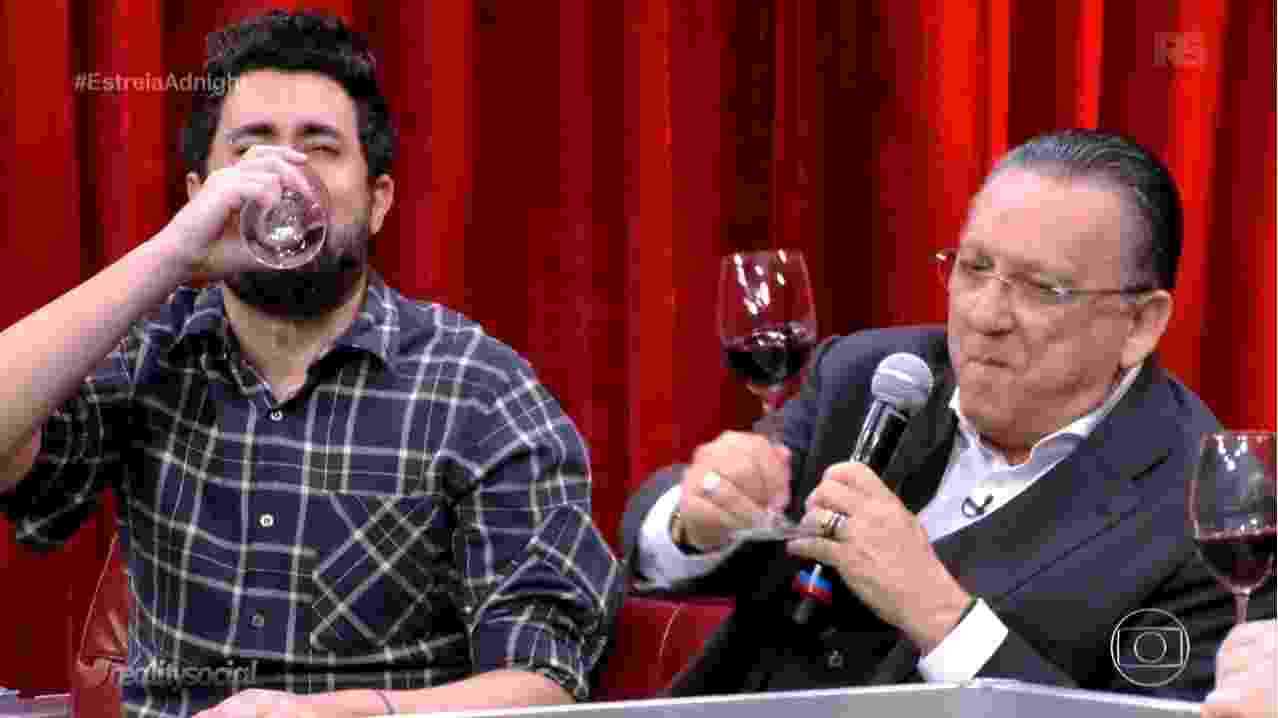 """Galvão Bueno se """"vinga"""" de Maurício Cid, criador do meme """"Cala Boca Galvão"""", e serve vinho com uvas pisoteadas por ele no """"Adnight"""" - Reprodução/TV Globo"""