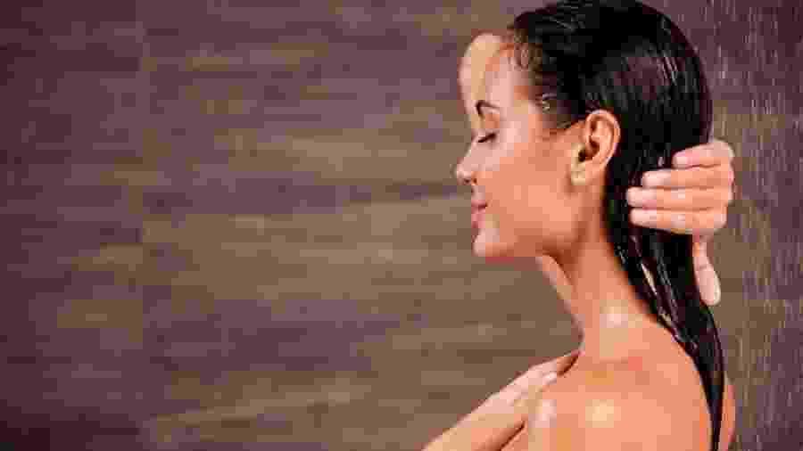 Esfoliar couro cabeludo fortalece fios, mas não serve para todos os cabelos - Getty Images