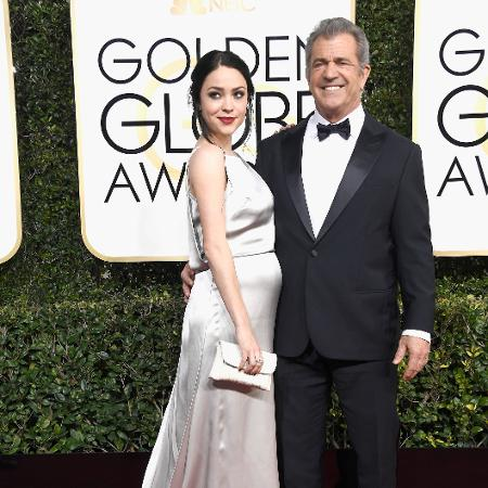 Mel Gibson e Rosalind Ross posam juntos na chegada do Globo de Ouro 2017 - Getty Images