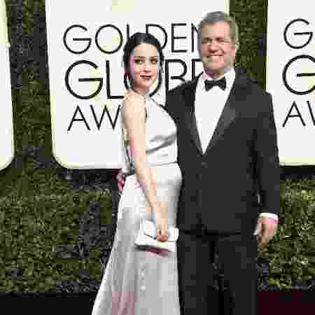 Mel Gibson e Rosalind Ross posam juntos na chegada do Globo de Ouro 2017 - Getty Images