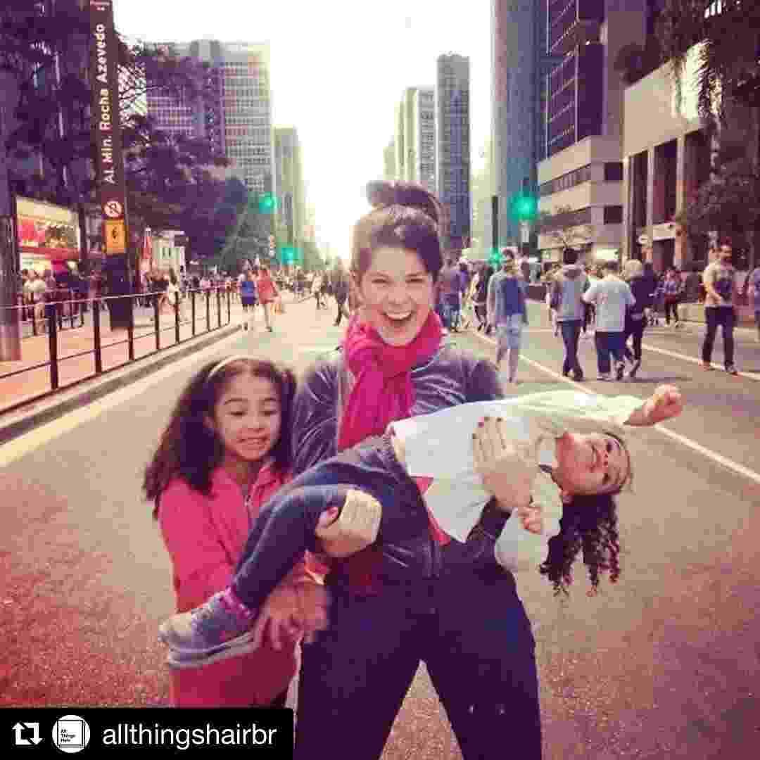 Samara e as filhas Alícia e Lara na Avenida Paulista em SP - Reprodução/InstagramSamaraFelippo