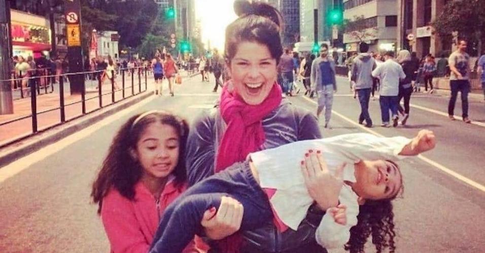 Samara e as filhas Alícia e Lara na Avenida Paulista em SP
