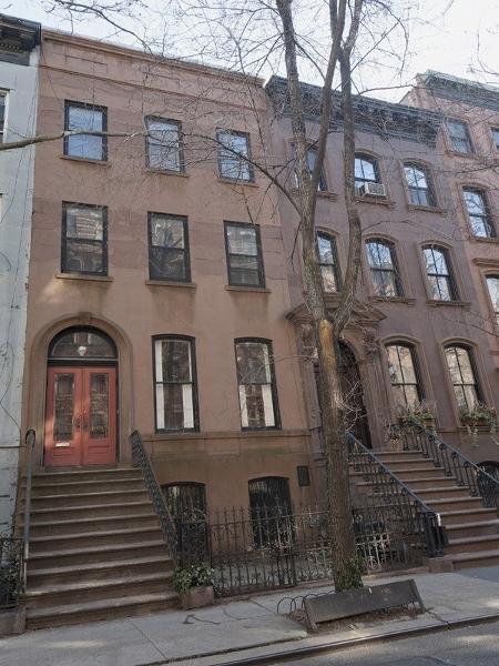 "Fachada do condomínio Brownstone onde Carrie morava na série ""Sex And The City"" - Reprodução/Sotheby""s International Realty"