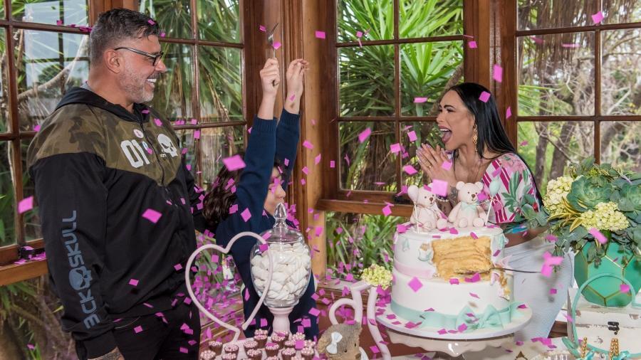 Ao lado de Alexandre Frota, Fabi Frota faz chá revelação e descobre que está grávida de uma menina - Caio Duran/Divulgação