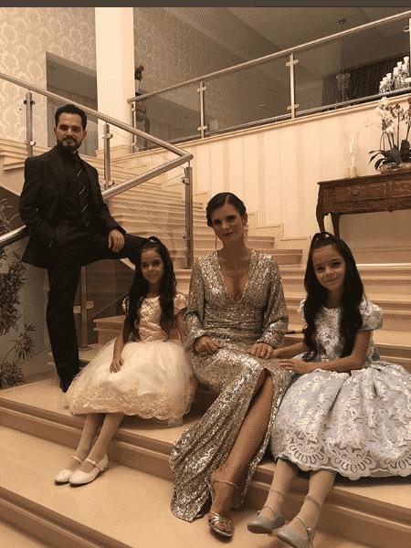 Luciano Camargo com a mulher, Flávia, e as filhas, Isabella e Helena - Reprodução/Instagram