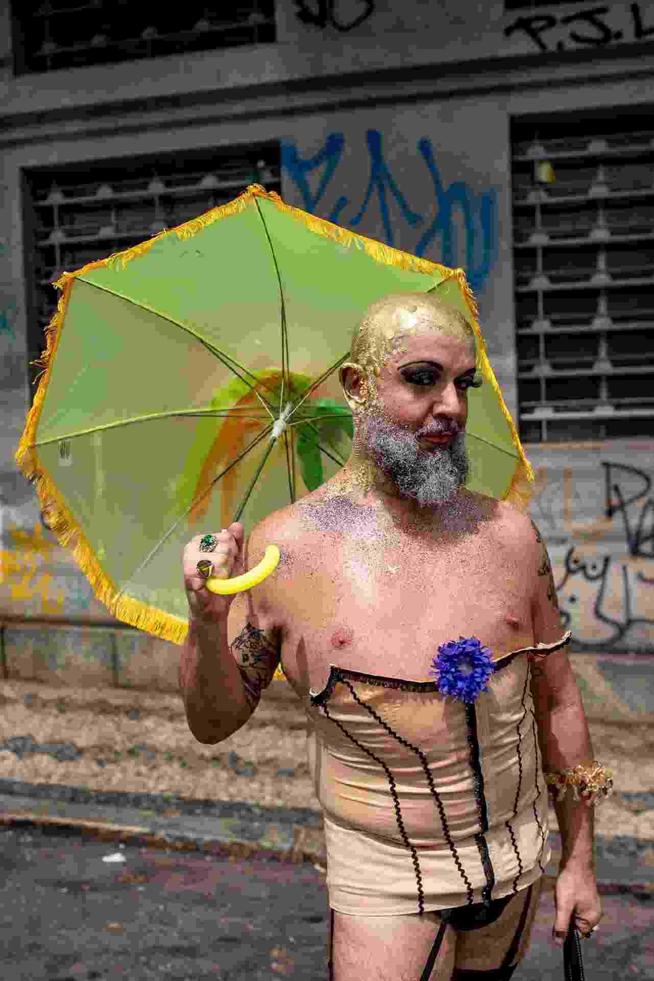 A Corte Devassa, um dos blocos mais tradicionais de Belo Horizonte, arrastou uma multidão de foliões no bairro Floresta nesta segunda (4) - Nereu Jr/UOL