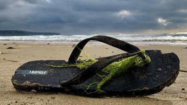 fc9b17e03bc6e9 O mistério dos tênis Nike surgindo em praias da Europa e do Caribe ...