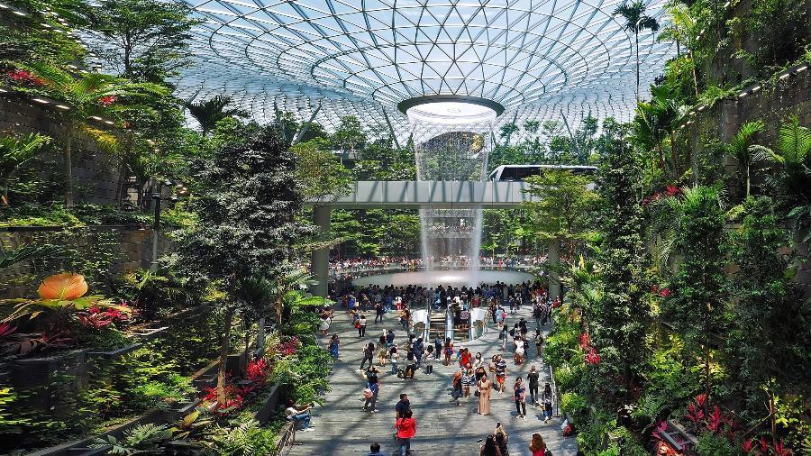 Aeroporto de Changi, em Singapura, tem uma cachoeira dentro do terminal - artorn/Getty Images