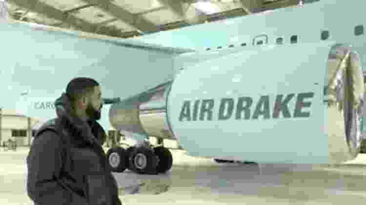 O rapper Drake confere o próprio avião em hangar - Reprodução - Reprodução