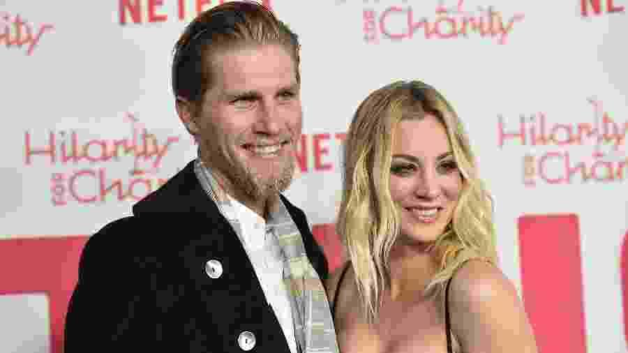 A atriz Kaley Cuoco e o marido, Karl Cook, com quem se casou em 2018 - Getty Images