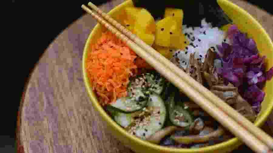 Combinação inusitada: o poke ganha os sabores do chucrute e do sunomomo - Divulgação